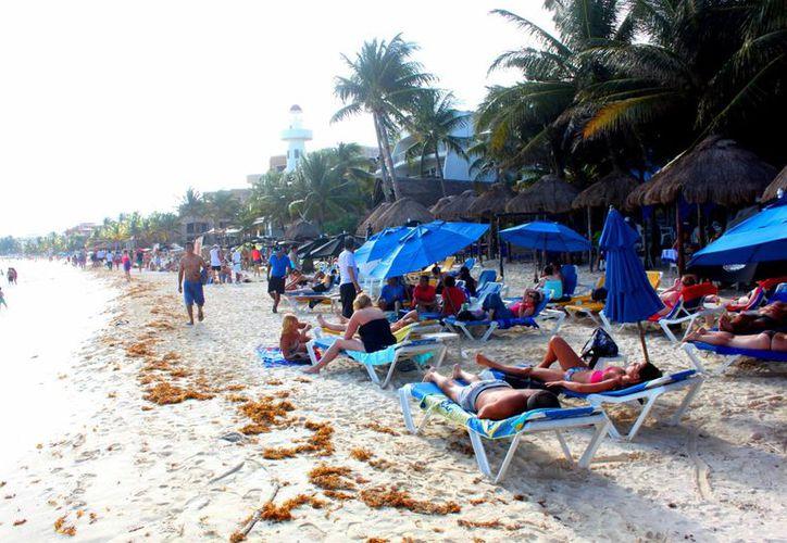 Entre al sábado y el domingo, alrededor de seis mil bañistas disfrutaron de la zona de playas. (Daniel Pacheco/SIPSE)