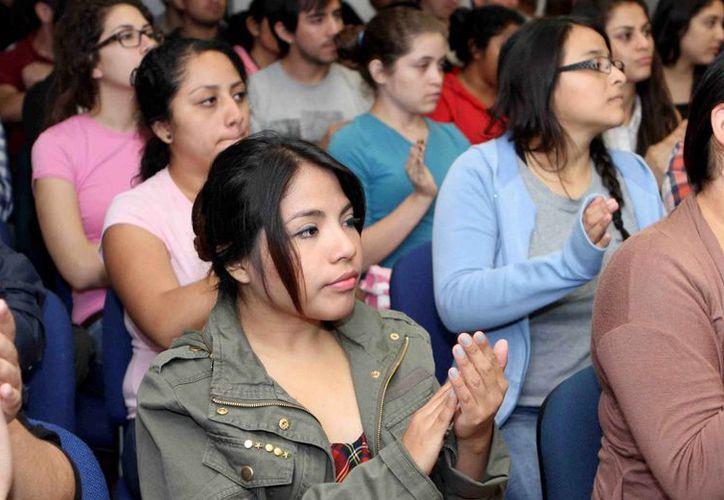 Estudiantes de la UNID fueron testigos de la firma del convenio entre dicha universidad y el Ayuntamiento de Mérida. (Cortesía)