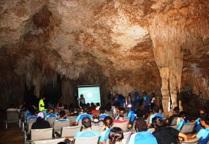 El viernes pasado se realizó en Playa del Carmen el primer foro científico dentro de una caverna. (Daniel Pacheco/SIPSE)