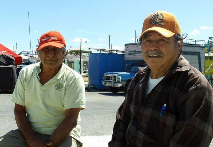 Pescadores en tierra esperan que el mal tiempo pase pronto. (Manuel Pool/SIPSE)