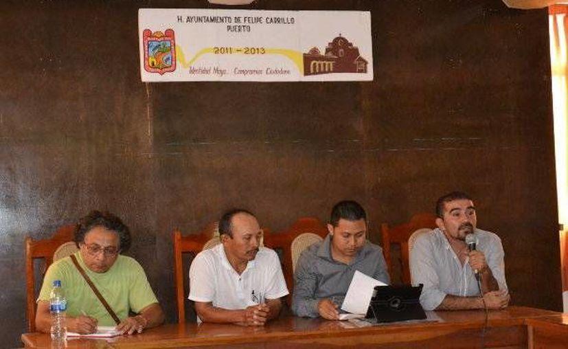 El secretario general, Justino Dzul Cen, presidió la reunión en representación del alcalde Sebastián Uc Yam. (Redacción/SIPSE)