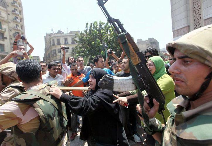 Soldados egipcios junto a partidarios del expresidente Mohamed Morsi en El Cairo. (EFE)