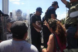 Maestros se enfrentan a policías frente al Congreso de Q. Roo