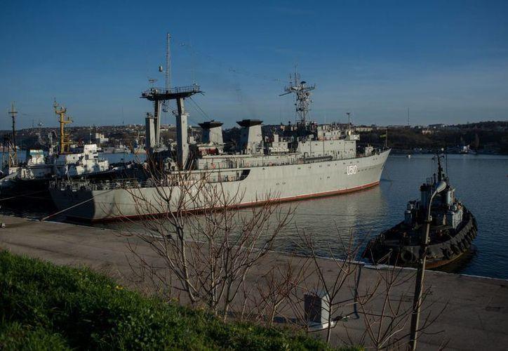 Buque ucraniano Slavutich en el puerto de Sebastopol en el marco de una velada amenaza de Rusia a Ucrania. (Agencias)