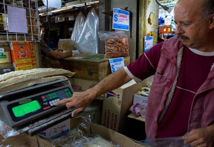 La economía nacional y personal generó cautela en los consumidores. (Notimex)