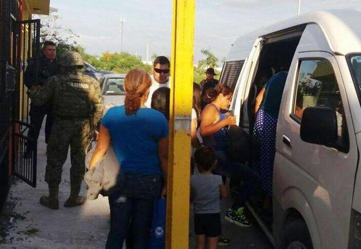 Fotografía cedida por el Gobierno de Tamaulipas de un grupo de migrantes extranjeros que fueron interceptados por personal de la Secretaría de Marina, en Reynosa, Tamaulipas. (EFE/Gobierno de Tamaulipas)