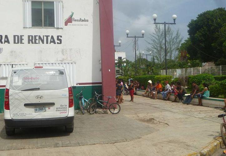 Desde temprana hora, varios ciudadanos acudieron a realizar el trámite. (Raúl Balam/SIPSE)