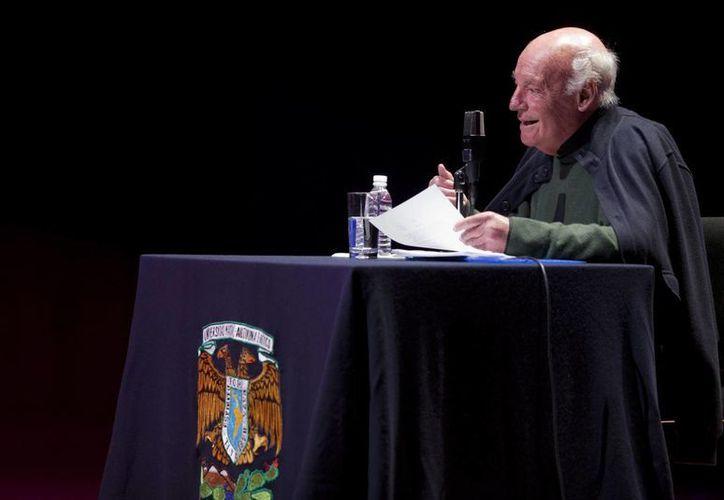 El escritor uruguayo Eduardo Galeano, fallecido este lunes, durante la lectura de una de sus obras en la Universidad Nacional Autónoma de México, en 2012. (Foto: AP)