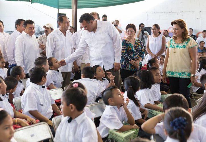 El gobernador Rolando Zapata estuvo en la escuela 'Remigio Aguilar Sosa' acompañado por  el titular de la Secretaría de Educación (Segey), Raúl Godoy Montañez, en el inicio del ciclo escolar 2015-2016. (Foto cortesía del Gobierno de Yucatán)