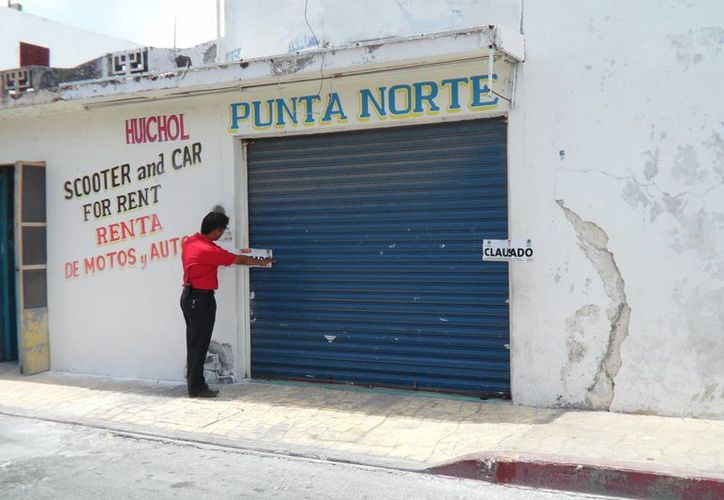 Autoridades municipales clausuraron la rentadora en el 2011 por laborar sin permisos municipales. (Julián Miranda/SIPSE)