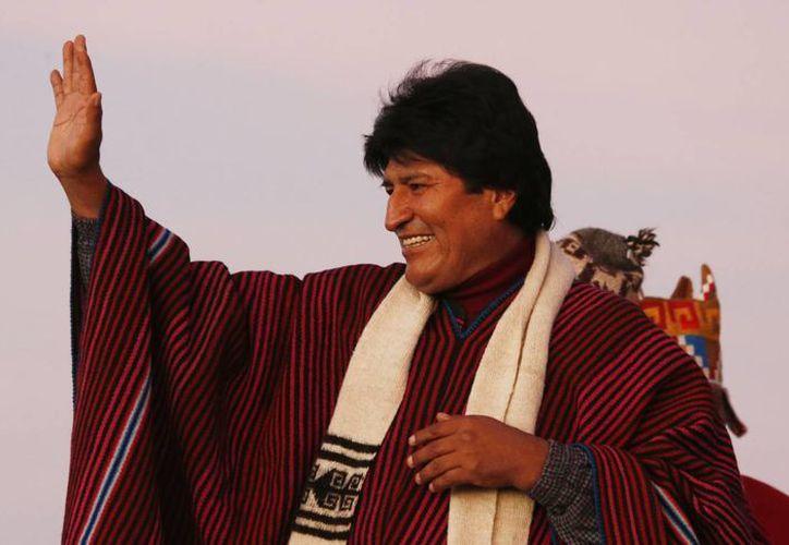 Evo Morales encabezó una ofrenda a la Pachamama para agradecer su primera década en el poder. (AP)