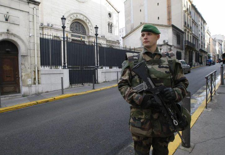 Un legionario custodia una sinagoga en Marsella, sur de Francia. (Agencias)