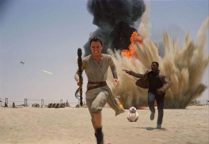 Escena de 'Star Wars', 'El despertar de la fuerza', película de J.J. Abrams que ha causado gran controversia tras el tan esperado estreno en los cines este jueves. (AP)