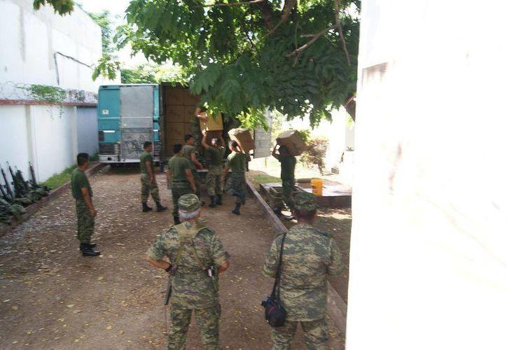 Militares decomisaron un total de nueve mil 270 paquetes, con aproximadamente 98 mil 792 cajetillas. (Redacción/SIPSE)