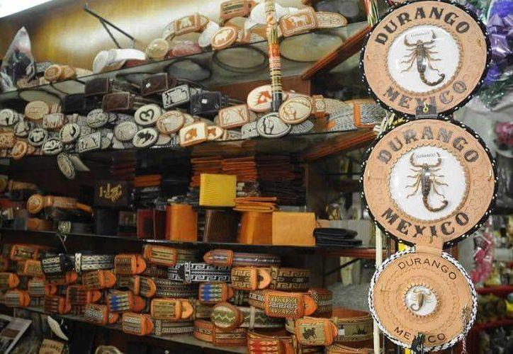 Llaveros, portarretratos, fundas para botella, relojes de pared, son parte de la infinidad de piezas que se crean a diario con el alacrán. (durango.com.mx)