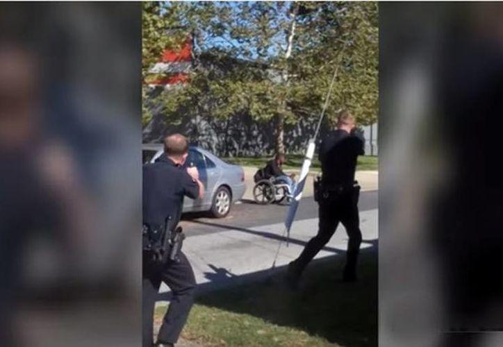 El asesinato del joven fue captado en video que tomó un testigo que se encontraba en el lugar. (YouTube)