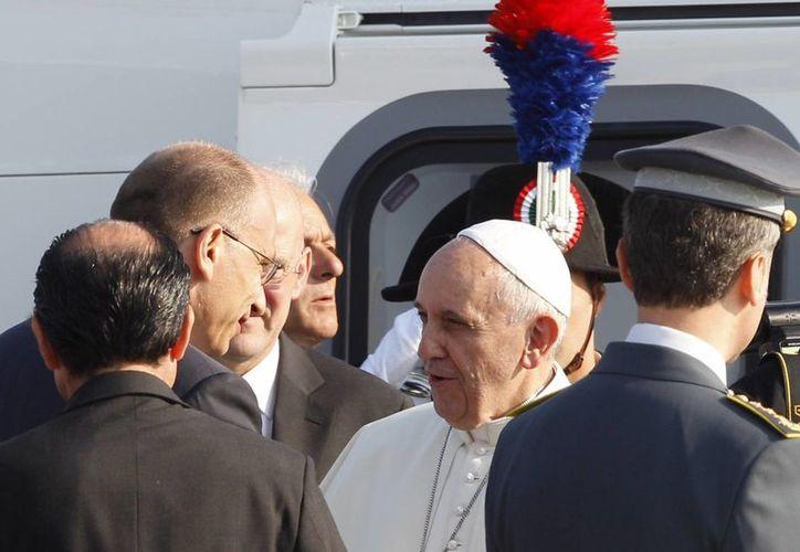 El Papa antes de abordar el avión que lo llevaría a Brasil. (Agencias)