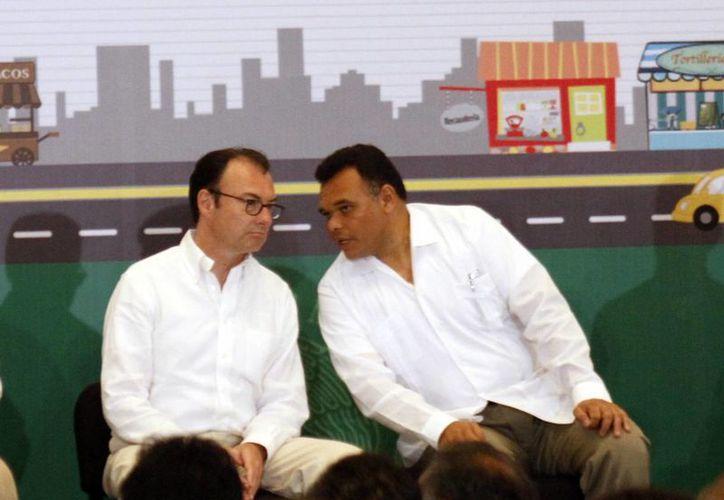 Imagen del gobernador de Yucatán, Rolando Zapata Bello y el secretario de Hacienda, Luis Videgaray Caso durante el evento al que asistieron este martes en Mérida. (César González/SIPSE)