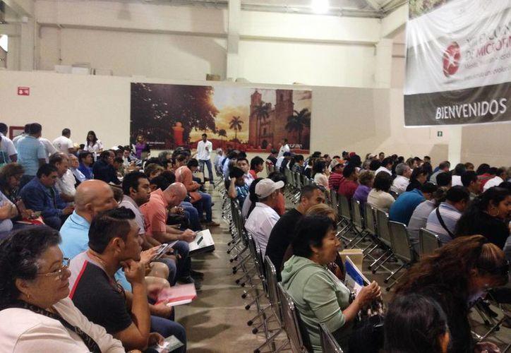 """Los contribuyentes que acuden a realizar el pago de tenencia """"invaden"""" los módulos de la Agencia de Administración Fiscal de Yucatán. (Martiniano Alcocer/SIPSE)"""