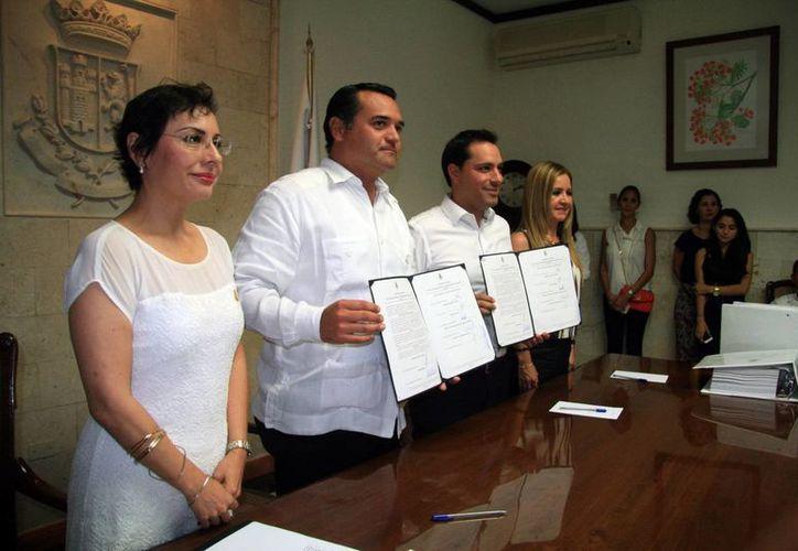 El alcalde saliente Renán Barrera (i) y el entrante Mauricio Vila, ambos panistas, durante la firma de entrega recepción del Ayuntamiento de Mérida. (José Acosta/SIPSE)