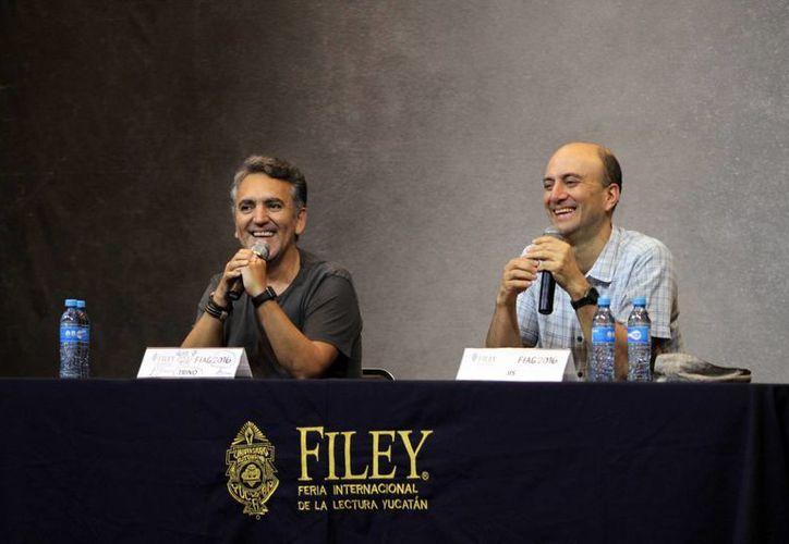 Los caricaturistas, Trino (i) y Jis, también llamados moneros, durante su partipación en la Filey 2016. (Amílcar Rodríguez/Milenio Novedades)