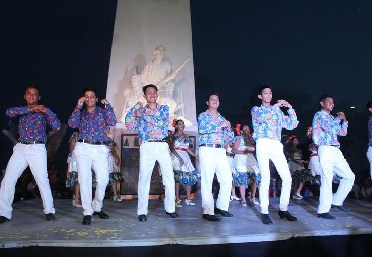 "Chetumaleños portaron con orgullo el traje típico de Quintana Roo para bailar  ""La Turraya"". (Joel Zamora)"