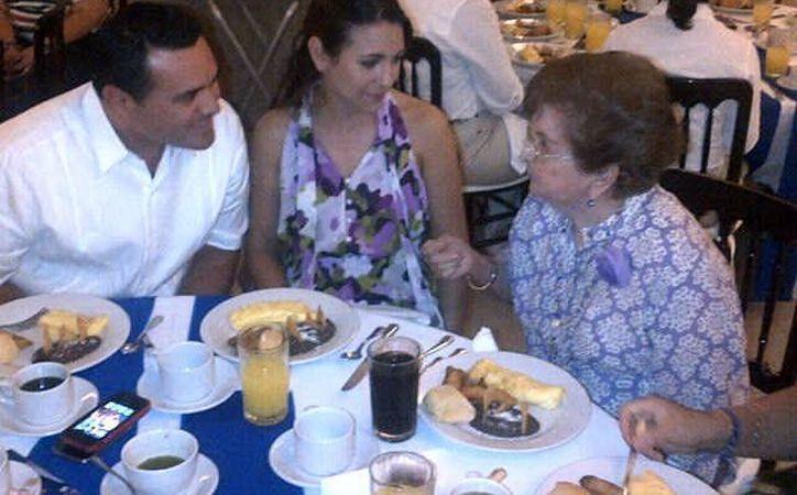 Sara Mena de Correa, en un desayuno con Renán Barrera Concha, y su esposa, durante su campaña. (Milenio Novedades)