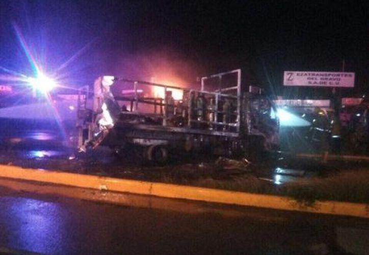 A las 4:30 horas de este viernes, la empresa Zeta Gas reporta un incendio en el estacionamiento. Los Bomberos controlaron el siniestro. (Foto de televisionglobal)