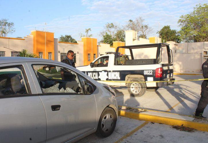 Los delincuentes rompieron la ventana del copiloto de un auto spark. (Foto: Redacción/SIPSE)