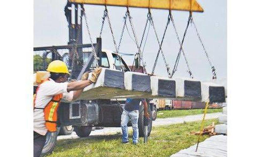 Las autoridades comenzaron el reemplazo de piezas en la vía del tren por donde pasa 'La Bestia'. (Javier García/Milenio)