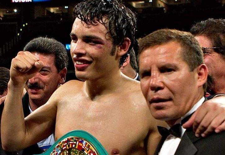 En un programa de televisión, el expugilista Julio César Chávez sugirió a su hijo que se retire del boxeo profesional y de dijo decepcionado de su actitud. (Archivo Mexsport)