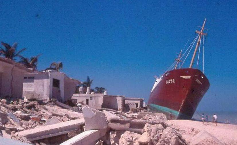 """Los fuertes vientos de """"Gilberto"""" provocaron que el buque """"Lady-C"""" encallara en las playas de Chelem. (Foto de archivo)"""