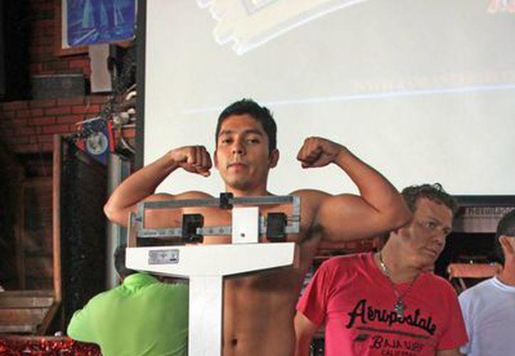 Los boxeadores subieron a la báscula en medio de respiraciones agitadas; amistades, familiares, equipo de entrenamiento y aficionados se dieron cita para apoyarlos. (Alberto Aguilar/SIPSE)