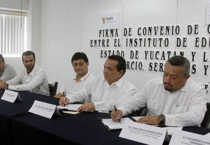 Imagen de la firma del pacto por la educación entre la La Canaco-Servitur y el Ieaey. (César González/SIPSE)