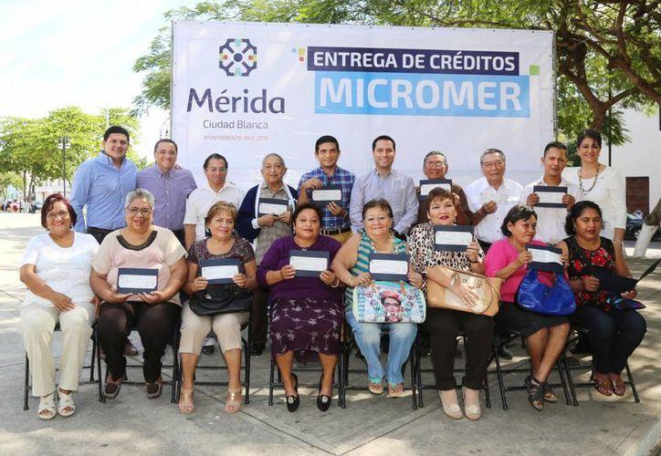 El alcalde de Mérida, Mauricio Vila (arriba, al centro) hizo entrega este miércoles de los primeros 18 créditos de Micromer, y adelantó que en breve se entregarán otros 13. (Foto cortesía del Ayuntamiento de Mérida)