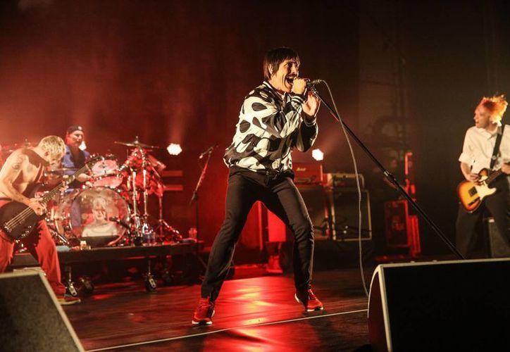 Anthony Kiedis, la voz de los Red Hot Chili Peppers, fue trasladado a un hospital de California este sábado donde la banda se presentaría junto a Weezer y Empire of the Sun. (Archivo AP)