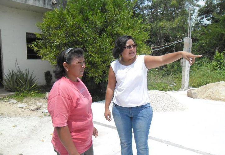 La regidora Manuela Cocom Bolio durante un recorrido por comisarías.