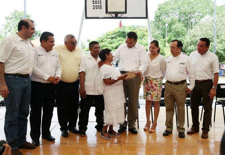 El Gobierno entregó documentos que acreditan la propiedad de solares urbanos, a más de 400 pobladores de Umán, Yucatán. (Cortesía)