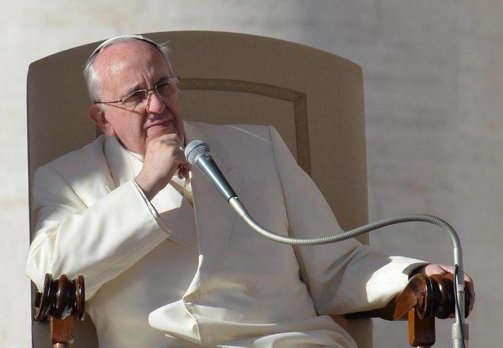 El Papa realizó su habitual recorrido por la Plaza de San Pedro pero más corto de lo acostumbrado. (EFE)