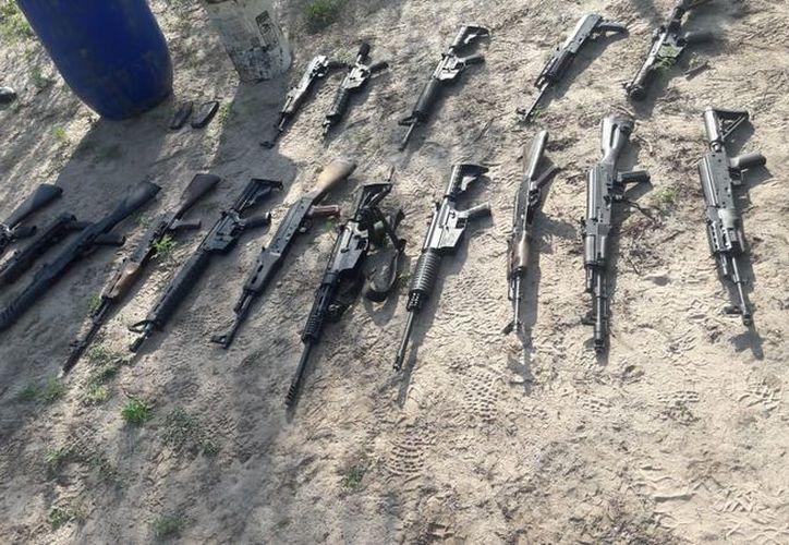 El armamento se encontraba dentro de un tambo que estaba enterrado. (vanguardia.com)