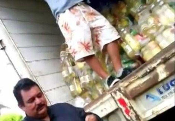 En el video se puede ver cuando el hombre dice que la despensa cuesta 200 pesos. (Especial/Tomada de Milenio)