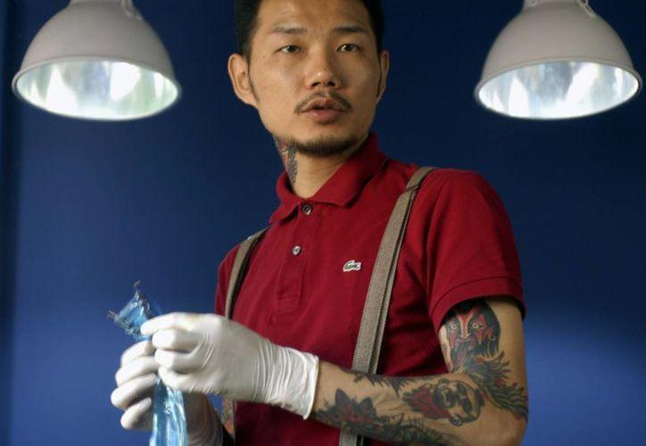 El famoso tatuador Kim Ki-bok en su estudio de Hongdae, en Seúl. (EFE)