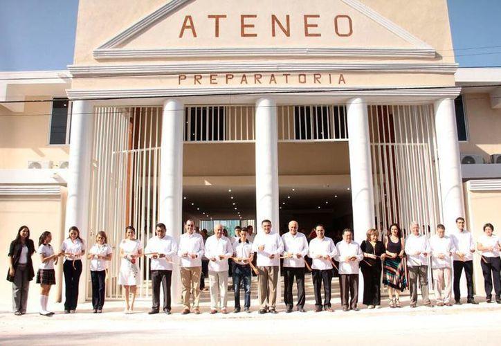 El gobernador de Yucatán, Rolando Zapata Bello, constató los logros del Centro Escolar Ateneo de Mérida que ya tiene 19 años de trabajo. (Jorge Acosta/SIPSE)
