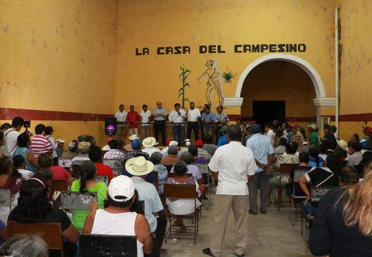 El político yucateco conversó con los trabajadores del campo en la Casa del Campesino. (Foto: Redacción)