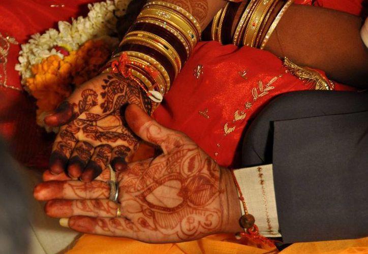 Un hombre mató a su mujer y a su hija en la India; la razón pudo ser un problema con el dote. En la India es común que mujeres mueran a manos de sus maridos por la exigencia del dote. En la foto, imagen temática de una boda en la India. (viajesinrumbo.wordpress.com/)