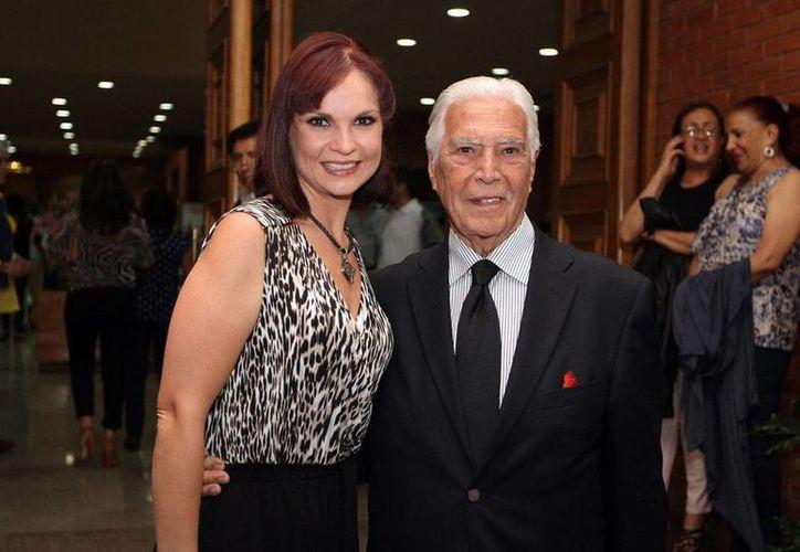 La actriz Ana Patricia Rojo recibió un reconocimiento por su trayectoria en el cine de terror. En la imagen -de archivo tomada de la agencia Notimex- la acompaña su padre, el actor Gustavo Rojo.