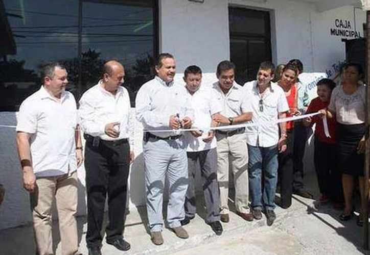 Autoridades municipales en la inauguración de la ventanilla única. (Cortesía/SIPSE)