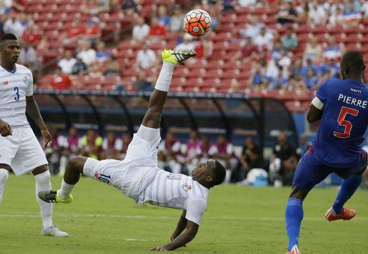 El panameño Luis Tejada (10) realiza una especie de chilena frente al haitiano Jacques Pierre (5) en el primer partido de la Copa Oro, que terminó 1-1. (Foto: AP)