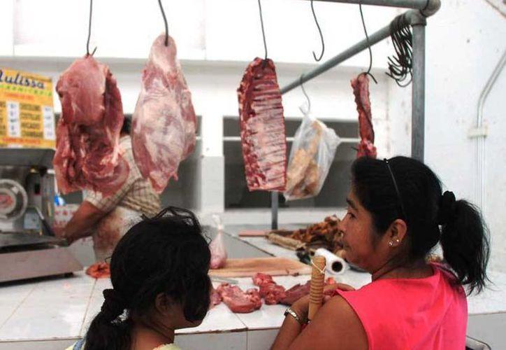 """Esposas de cañeros apuntan que tienen que """"estirar"""" el sueldo para surtir la canasta básica. (Edgardo Rodríguez/SIPSE)"""