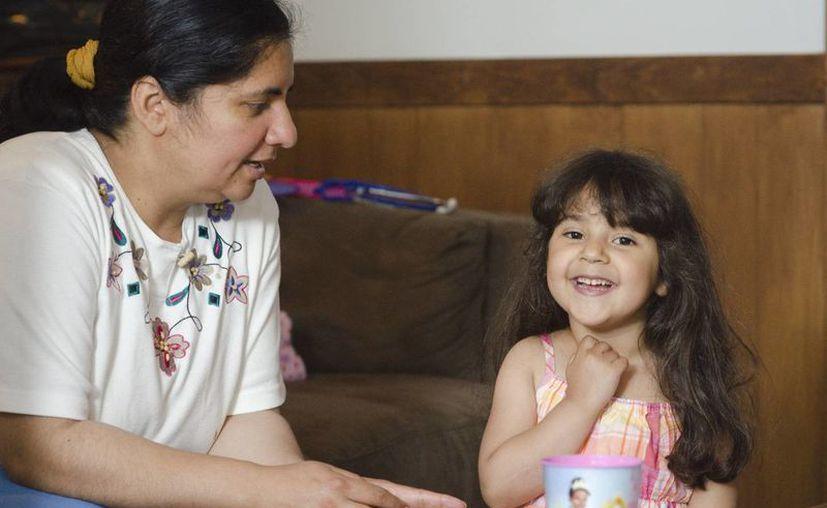 Claudia Irizarry y su hijita Angela en su hogar en Lewisburg, Pensilvania. (Agencias)